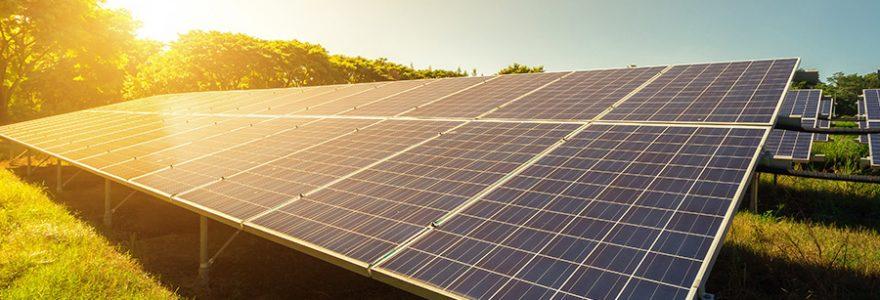 Comment transformer le courant produit par les panneaux solaires en électricité alternative ?