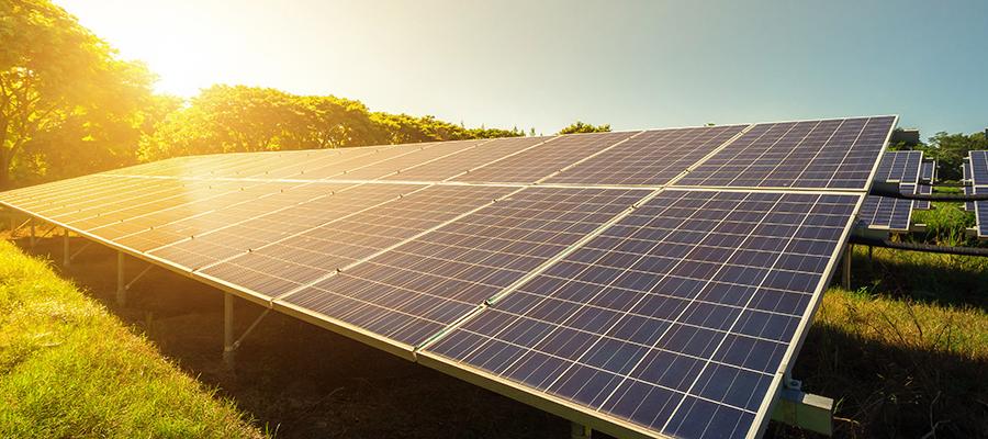 transformer le courant produit par les panneaux solaires en électricité alternative